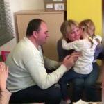 Foto: Emoționant. O fetiță din Moldova aude pentru prima dată vocea mamei, după efectuarea intervenției chirurgicale