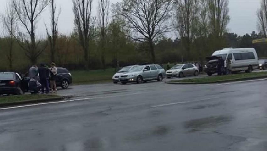 Foto: Accident cu implicarea unui microbuz de rută în Capitală. O femeie a fost transportată la spital