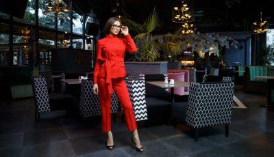 Stilat, comod și elegant! Costumul roșu este alegerea vestimentară prioritară în 2019