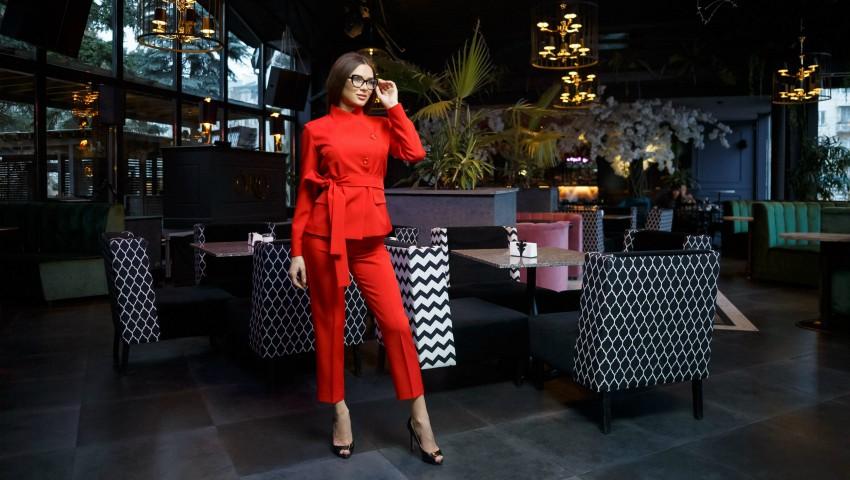 Foto: Stilat, comod și elegant! Costumul roșu este alegerea vestimentară prioritară în 2019