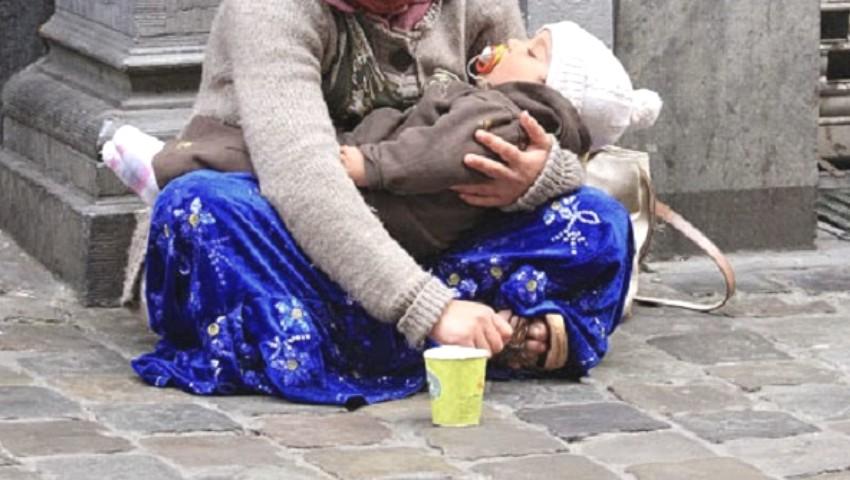 Foto: Cetățenii care observă copii sau adulți cu copii, cerșind în stradă, sunt îndemnați să sune la 112