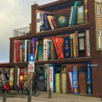 """Foto: """"O bibliotecă de mărimea unui bloc"""", ideea ingenioasă a unui artist stradal"""