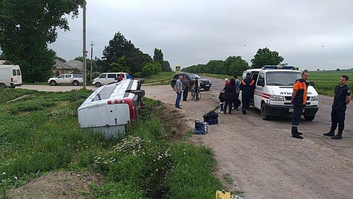 Foto: Accident grav la Telenești. Un microbuz cu pasageri s-a răsturnat
