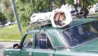 Caz șocant în Rusia. O femeie decedată a fost transportată la morgă pe acoperișul unui vehicul