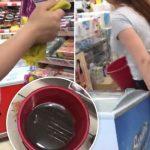 Foto: Într-un supermarket din Chișinău dulciurile sunt șterse cu apă murdară!