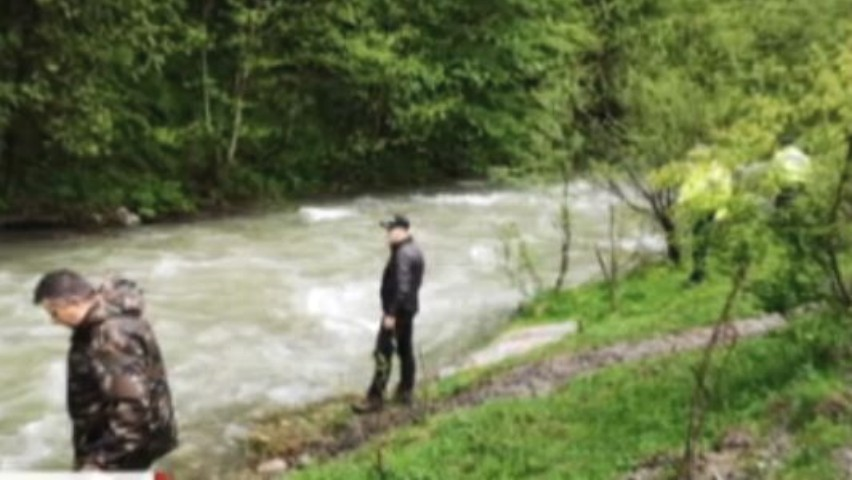 Foto: Cumplit. Cadavrul unei fetițe luate de o viitură în România ar fi fost găsit în Ucraina