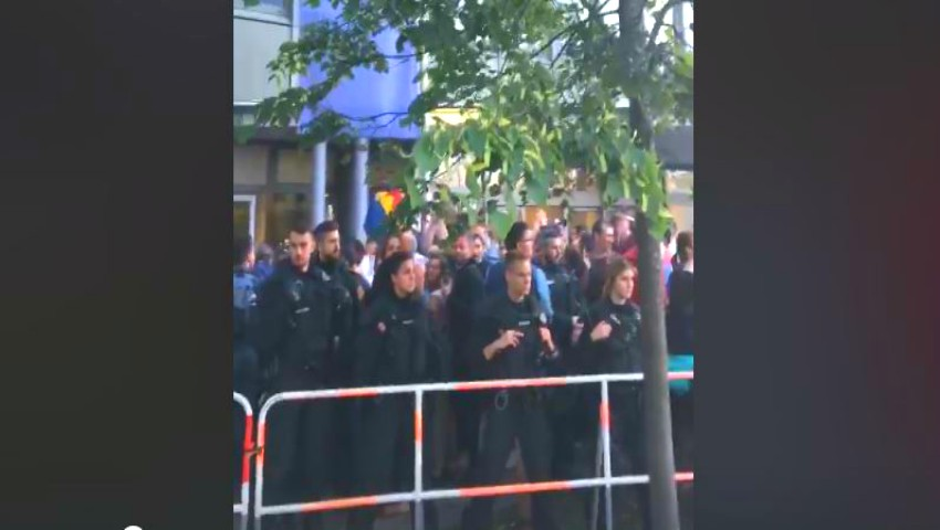 Foto: Video! Unui polțist german i-au dat lacrimile la o secție de votare din Munchen