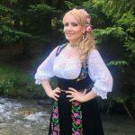 """Foto: ,,La bunica în grădină"""". Adriana Ochișanu a lansat o melodie emoționantă inspirată din propria poveste de viață"""