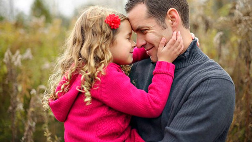 Foto: Psiholog: timpul petrecut departe de copil nu poate fi compensat prin cadouri