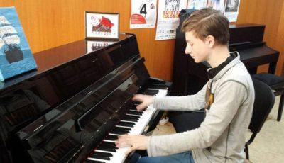Un orfan din din România a devenit cel mai  bun pianist din lume!