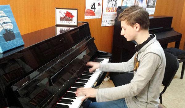 Foto: Un orfan din din România a devenit cel mai  bun pianist din lume!