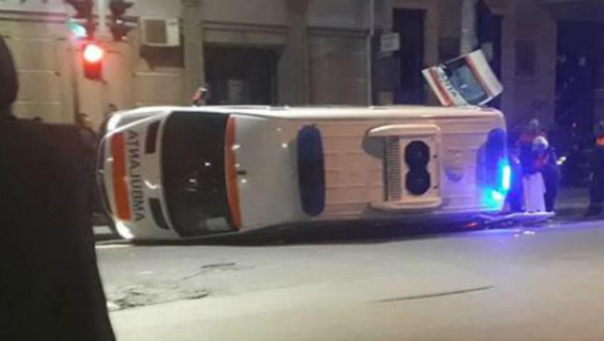 Foto: Accident grav în capitală: O ambulanță s-a răsturnat, după ce s-a ciocnit cu un automobil