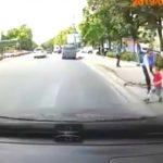 Foto: Video. Un copil din Capitală a fost salvat în ultimul moment, din fața unei mașini