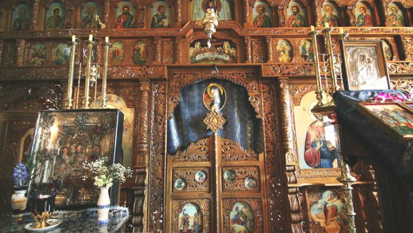 Foto: Au furat dintr-o mănăstire, bijuterii de un milion de lei. Doi moldoveni sunt căutați de poliție