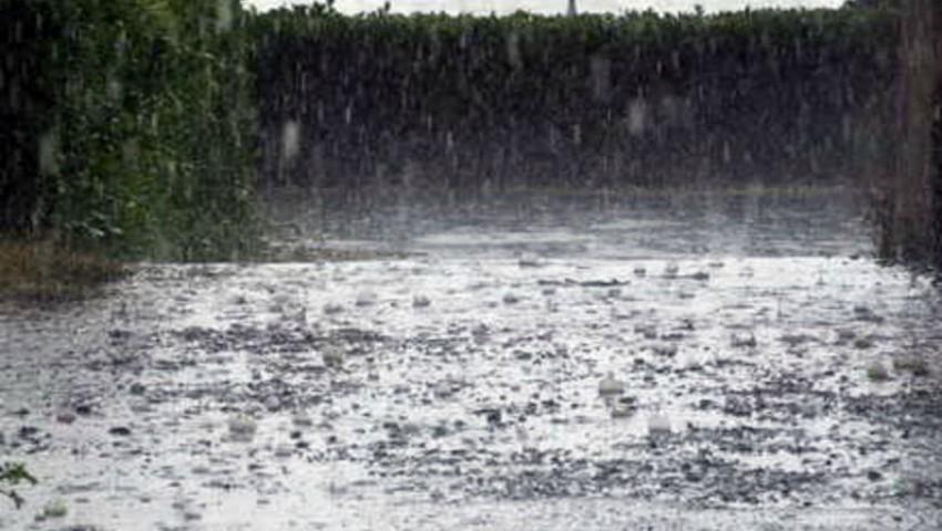 Foto: Cod portocaliu de ploi. În România, o femeie a dispărut, luată de potop
