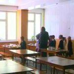 Foto: Un primar și-a trimis subalternii să ia prânzul timp de o lună în cantinele din școli