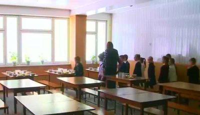 Un primar și-a trimis subalternii să ia prânzul timp de o lună în cantinele din școli