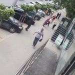 Foto: Incident șocant în capitală. Un bărbat merge pe stradă și lovește două femei, fără niciun motiv. Una dintre ele ar fi ajuns la spital