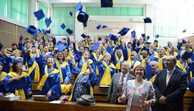 130 de pensionari au devenit absolvenţi la o universitate din România!