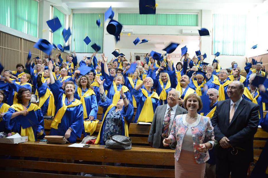 Foto: 130 de pensionari au devenit absolvenţi la o universitate din România!