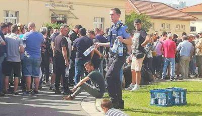 Un polițist german a adus apă pentru românii care au stat la coadă să voteze