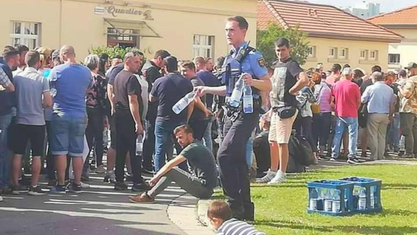 Foto: Un polițist german a adus apă pentru românii care au stat la coadă să voteze