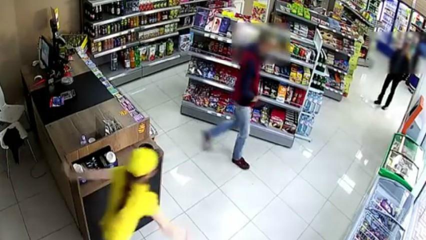 Foto: Momentul în care o tănără este jefuită la locul de muncă și nimeni nu îi sare în ajutor
