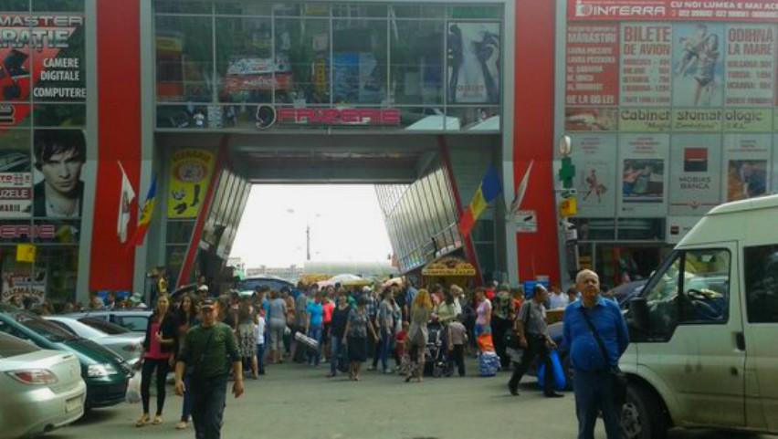 Foto: La Piața Centrală s-a făcut curățenie generală: au fost scoase 20 de tone de deșeuri