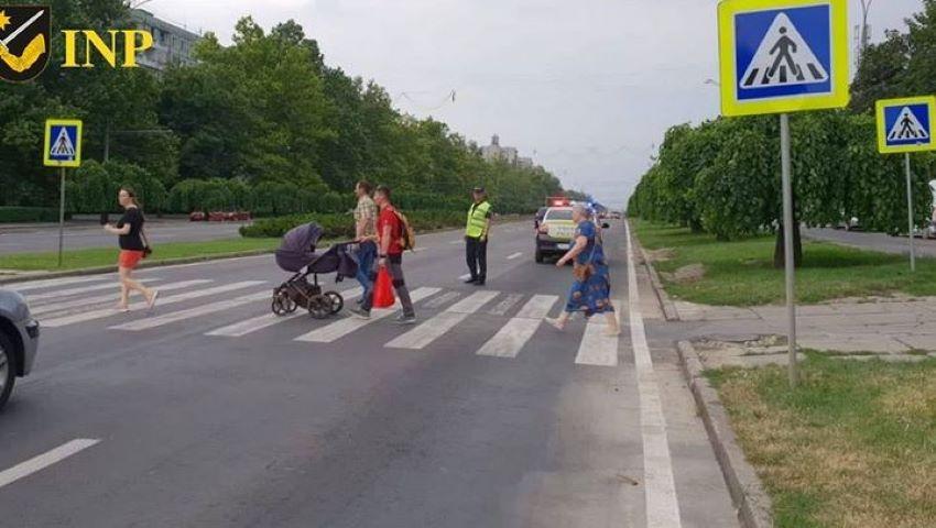Foto: INP, îndemn pentru șoferi: reduceți viteza în preajma trecerilor pietonale, chiar dacă nu traversează nici un pieton
