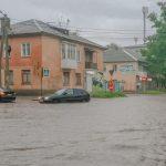 Foto: Ploaie torențială la Bălți. Doi copii minori și părinții lor au rămas blocați într-o mașină