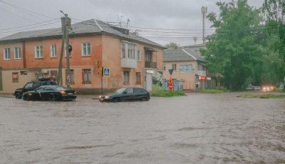 Ploaie torențială la Bălți. Doi copii minori și părinții lor au rămas blocați într-o mașină
