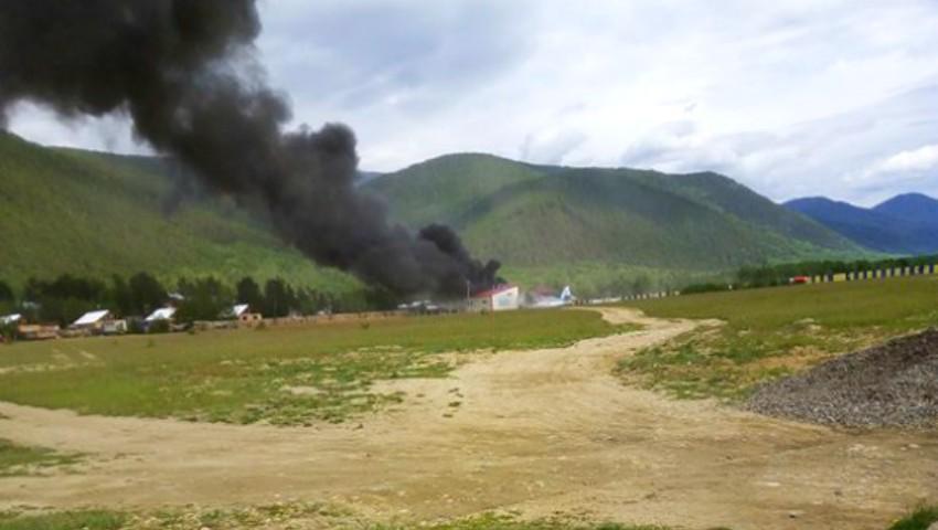 Video. Un avion din Rusia cu 47 de pasageri la bord, a aterizat pe o clădire apoi a luat foc