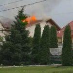 Foto: La Durlești, o casă nouă a luat foc după ce a fost lovită de fulger