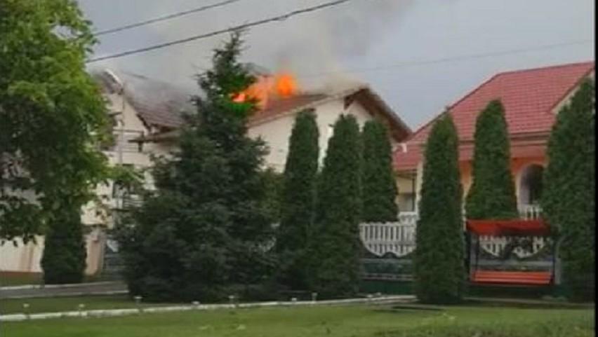 La Durlești, o casă nouă a luat foc după ce a fost lovită de fulger