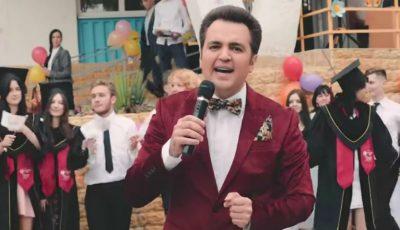 Interpretul Igor Cuciuc a lansat o piesă dedicată tuturor absolvenților. Videoclipul, filmat la un liceu din Capitală