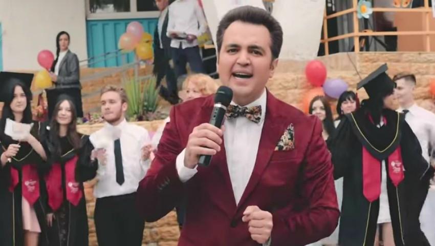 Foto: Interpretul Igor Cuciuc a lansat o piesă dedicată tuturor absolvenților. Videoclipul, filmat la un liceu din Capitală