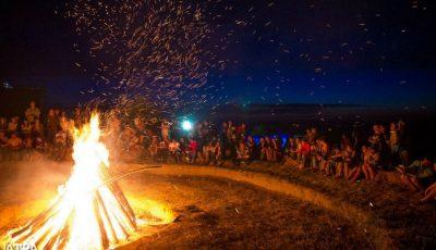 """Ia-ți gașca și vino să întâmpini zorii la concursul """"Muzică nocturnă de tabără și camping"""". Vezi cine va cânta!"""