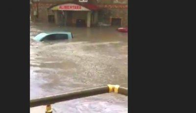 O mașină înghițită de ape, la Bubuieci. Ploaia puternică a măturat totul în calea sa
