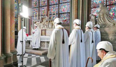 Preoţii au purtat căşti, la prima slujbă de la Notre-Dame. Care a fost motivul?