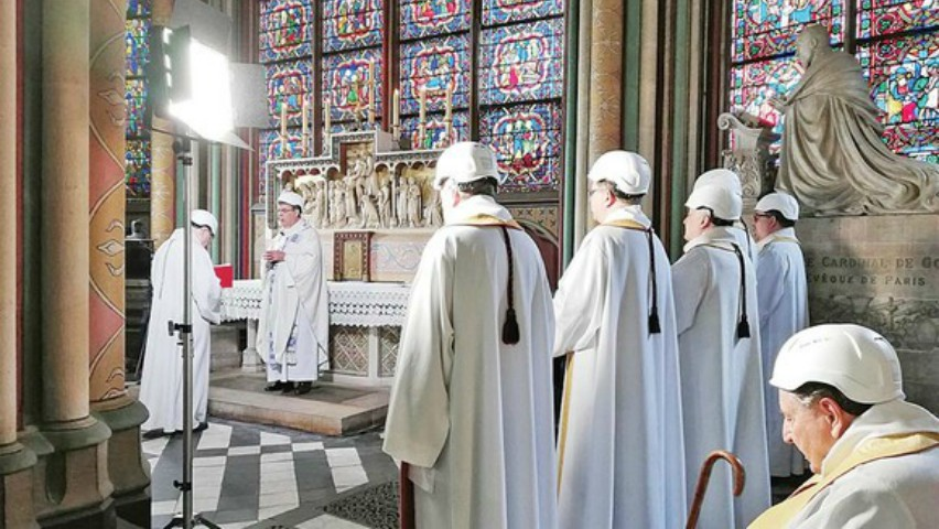 Foto: Preoţii au purtat căşti, la prima slujbă de la Notre-Dame. Care a fost motivul?