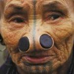 Foto: Tribul în care femeilor li se pun dopuri în nas. Motivul este șocant