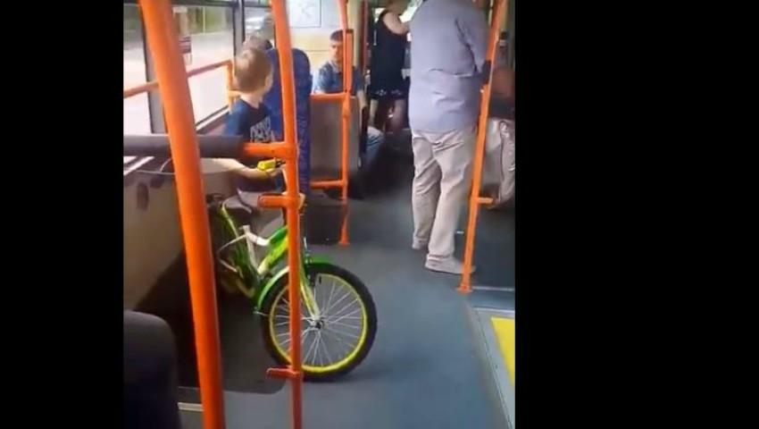 Foto: Scandal într-un troleibuz din Capitală, după ce taxatoarea a cerut încă 2 lei pentru bicicleta unui copil