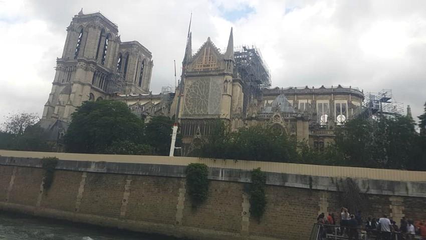 Foto: O interpretă de la noi a vizitat Catedrala Notre-Dame. Imagini de la fața locului