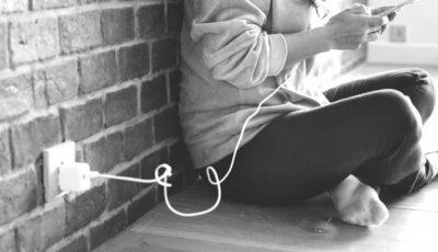 Un tânăr s-a electrocutat, în timp ce a folosit telefonul mobil lăsat la încărcat