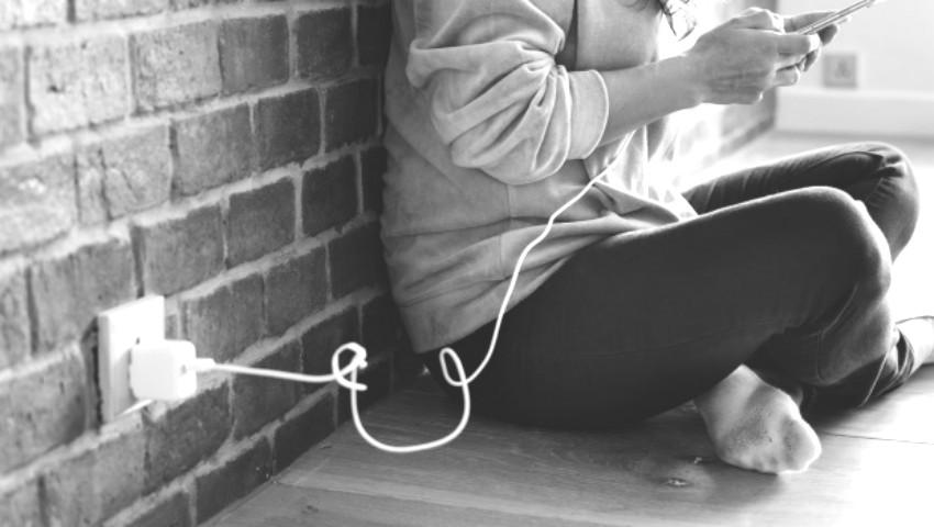 Foto: Un tânăr s-a electrocutat, în timp ce a folosit telefonul mobil lăsat la încărcat