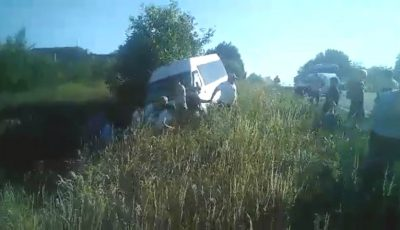 Video. Clipe de coșmar. Un microbuz plin cu pasageri a derapat într-un șanț
