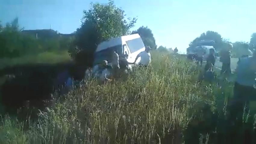 Foto: Video. Clipe de coșmar. Un microbuz plin cu pasageri a derapat într-un șanț