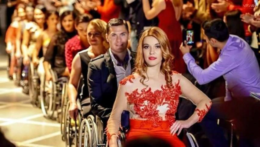 Foto: Defilare de modă în scaune cu rotile. Tineri care ne dau o lecție de viață!