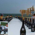 Foto: Record mondial! Un tânăr din Moldova a deschis 79 de sticle cu vin spumant, cu sabia, în mai puțin de un minut. Video!