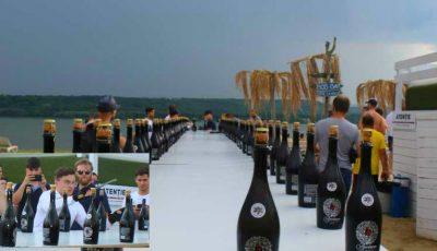Record mondial! Un tânăr din Moldova a deschis 79 de sticle cu vin spumant, cu sabia, în mai puțin de un minut. Video!